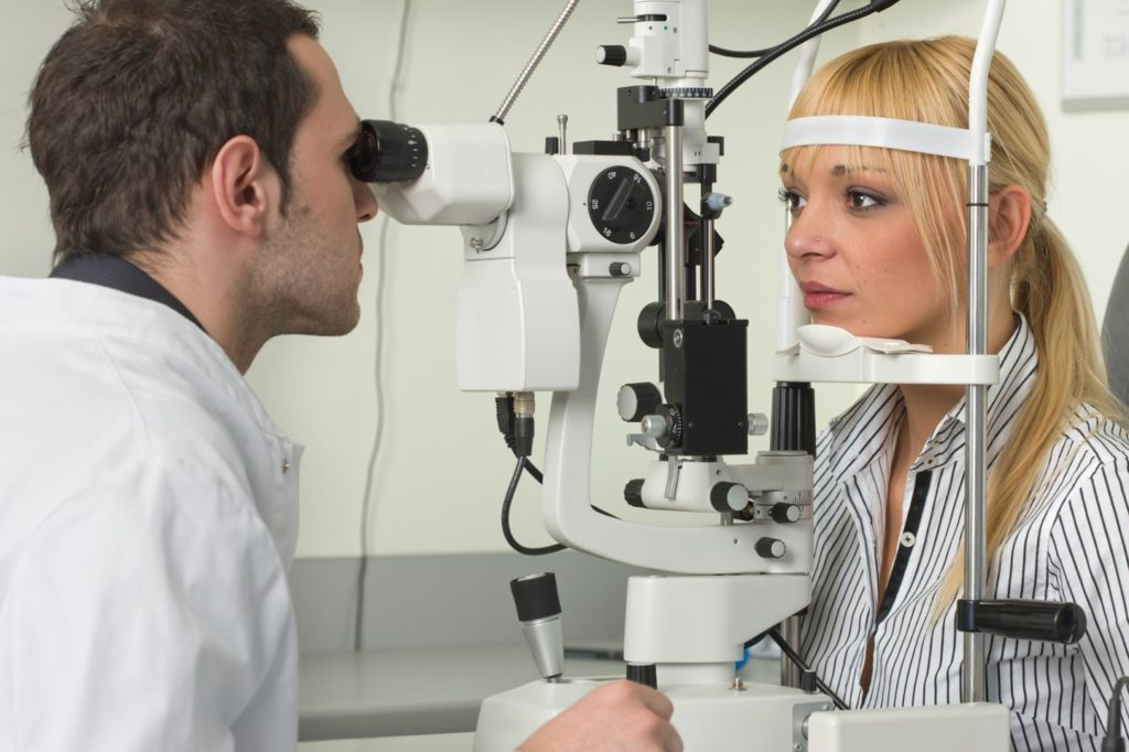 Техничар за очна оптика